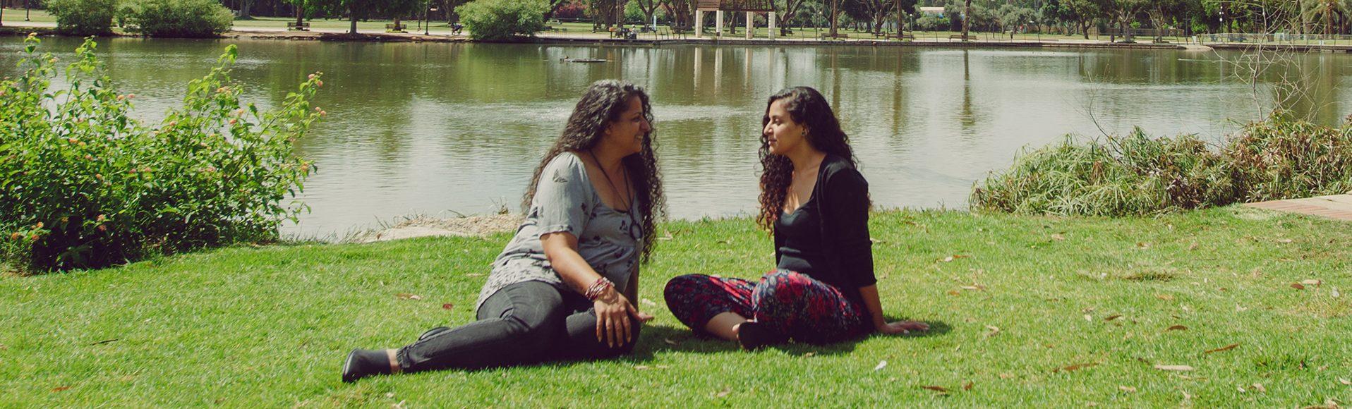 שתי נשים משוחחות ליד אגם