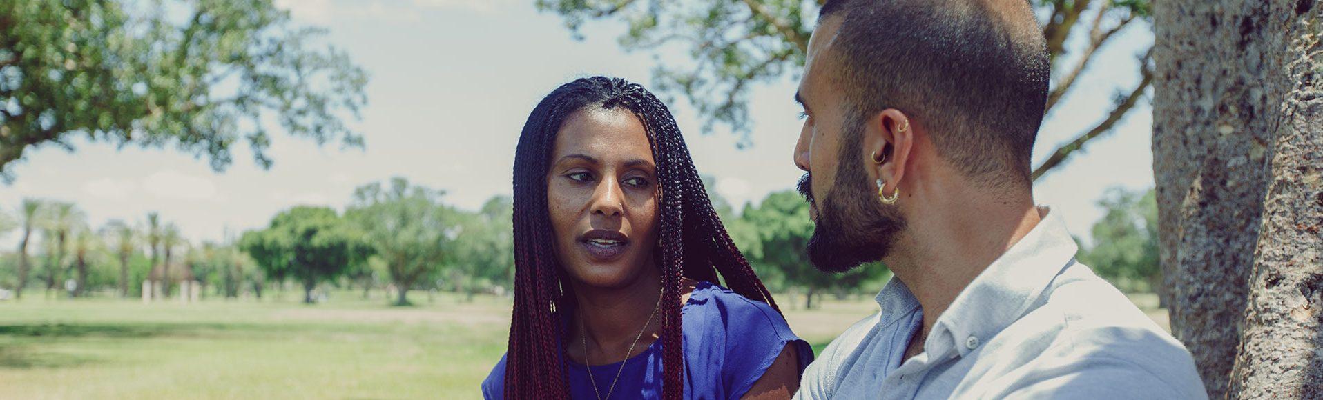 גבר ואישה משוחחים